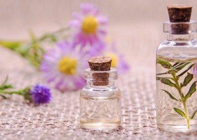 Blüten und Parfumfläschchen